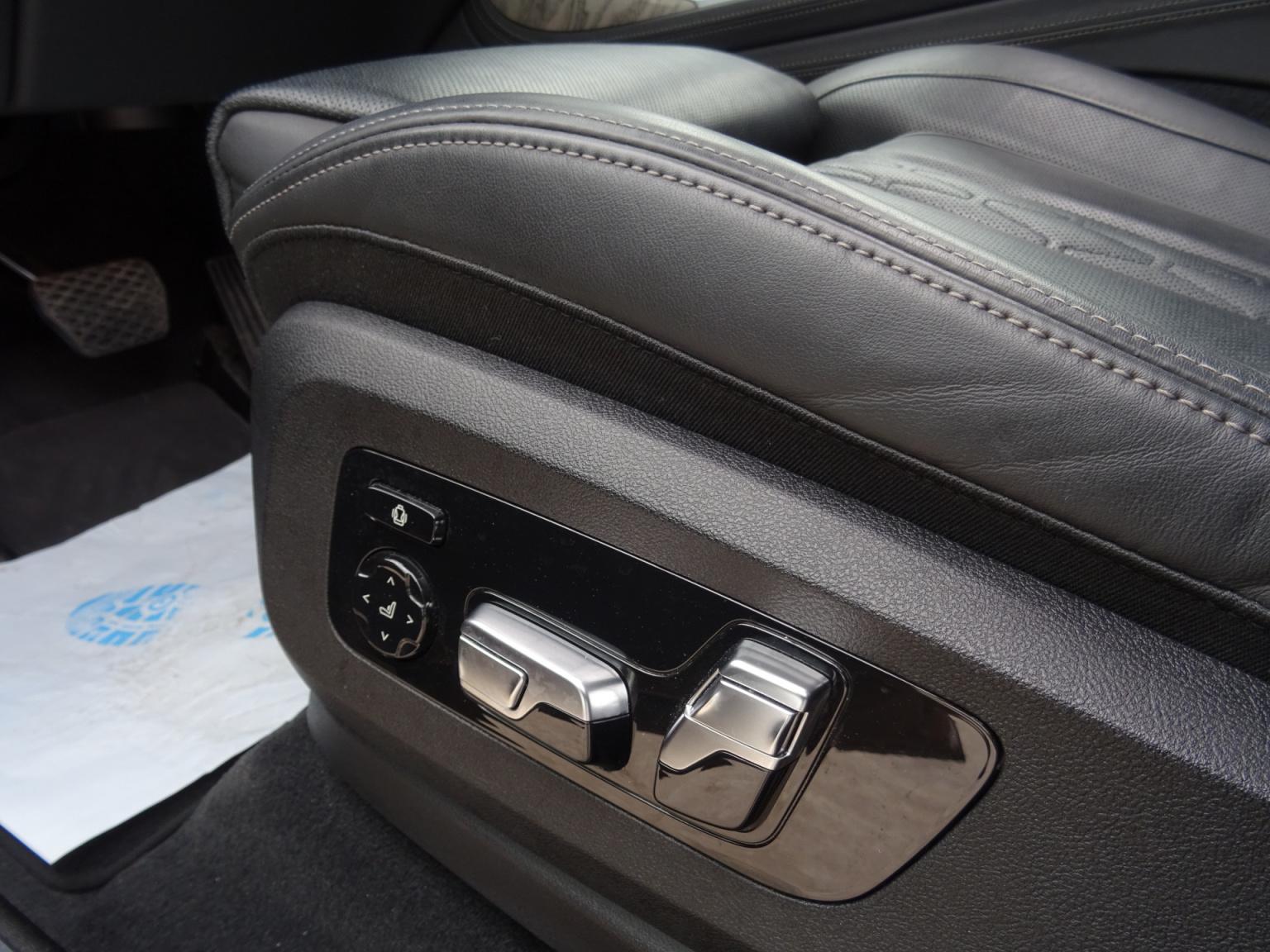 BMW-X7-47